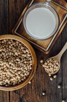 木製のテーブルにミルクと大豆