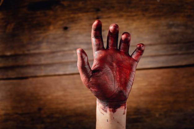 Кровь на руке с деревянным