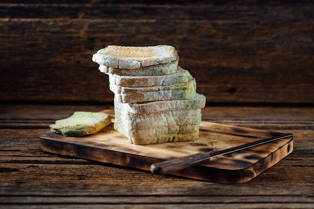 木製のテーブルにカビの生えたパン