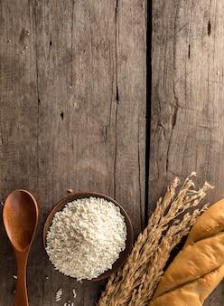 Зерновые и хлеб на деревянном фоне