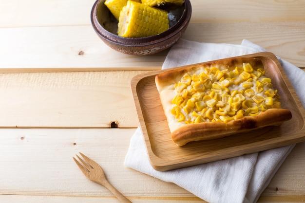テーブルのトウモロコシケーキ