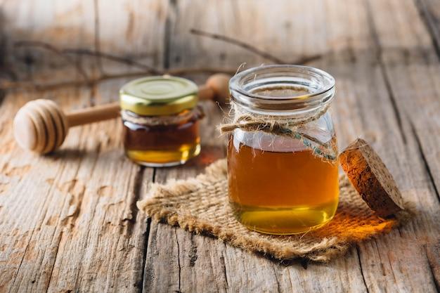 古い木製テーブルの背景に蜂蜜