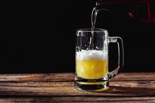 木製テーブル上のビールマグ