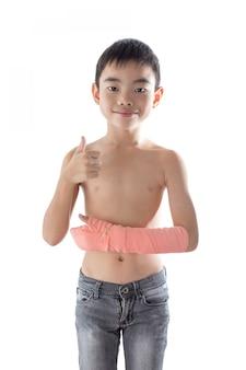 腕にけがをした少年