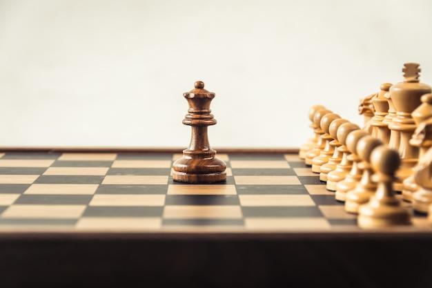 Шахматы на белом фоне. концепция конфронтации