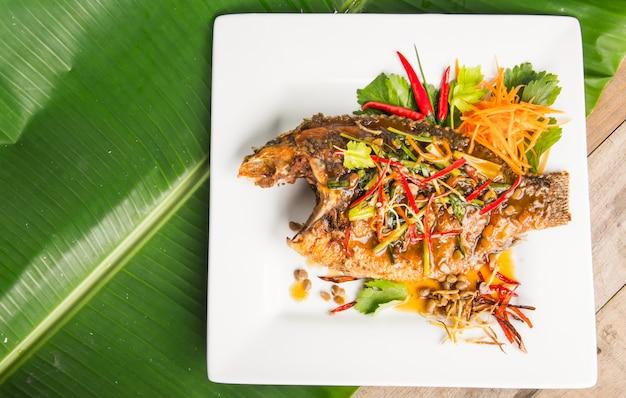 揚げ魚の新鮮なハーブと甘い辛いソース
