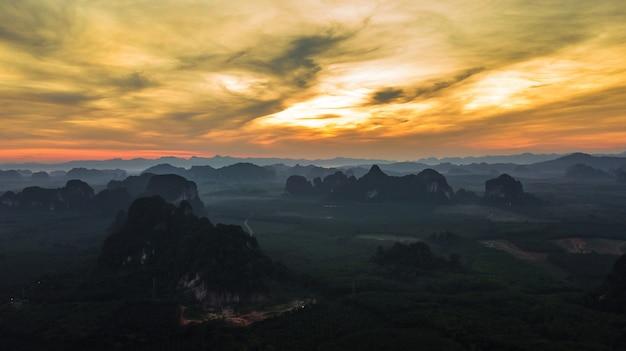 夕暮れ時、クラビ、タイの山の空撮風景
