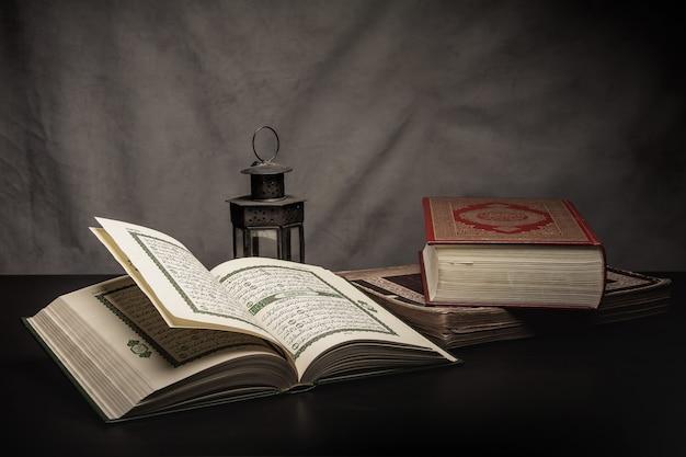 Коран - священная книга мусульман (публичный предмет всех мусульман) на столе, натюрморт