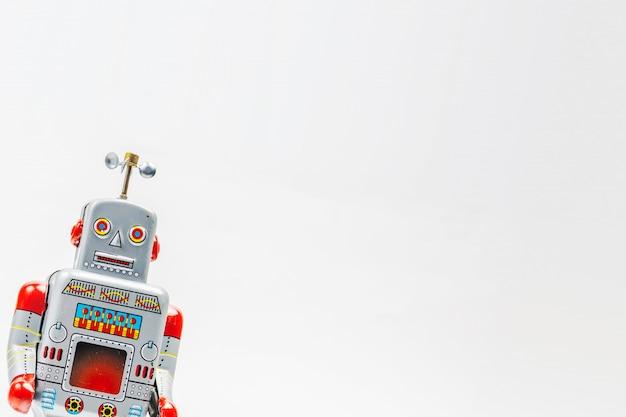 白い背景の上のロボット錫おもちゃ