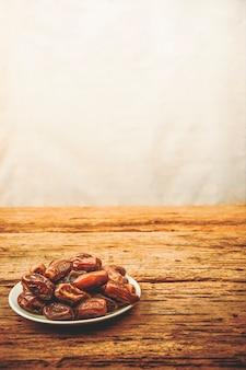 Фрукты финиковой пальмы или курма, рамадан, имидж в стиле винтаж