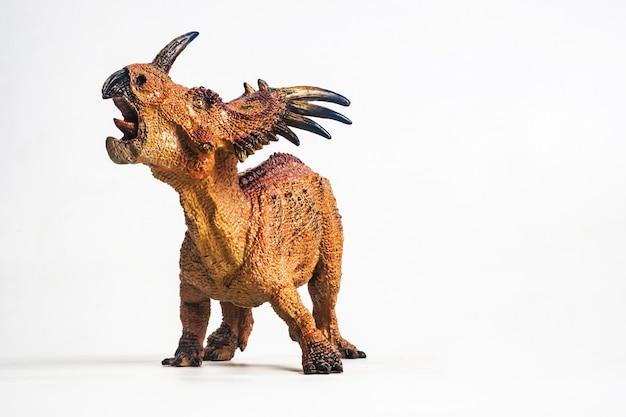白い背景の上のスチラコサウルス