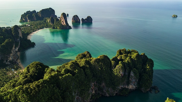 Аэрофотоснимок пейзаж горы и пляжа или моря в краби, таиланд