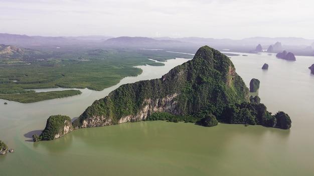 風景山と海岸タイの空中写真