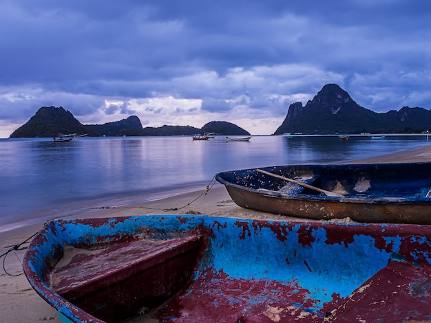 夕暮れ時、タイの海と小さなボートの風景