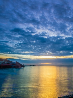 海とボートのクラッシュ、パタヤタイのビーチの風景。