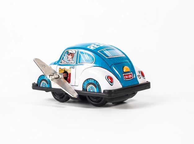 Автомобильная игрушка на белом