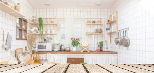 Деревянная столешница на фоне комнаты кухни нерезкости. для монтажа продукта дисплей или дизайн ключа визуального макета