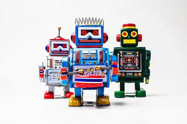 白い背景にロボットの錫のおもちゃ。
