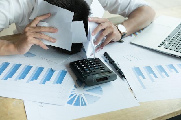 家で家計簿を計算する男
