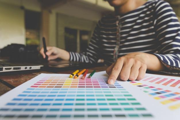 Внештатный графический дизайнер с использованием цифрового планшета
