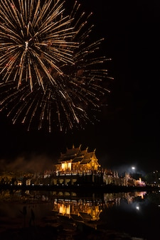 池の反射とアジアのパビリオン建築で花火のお祝い