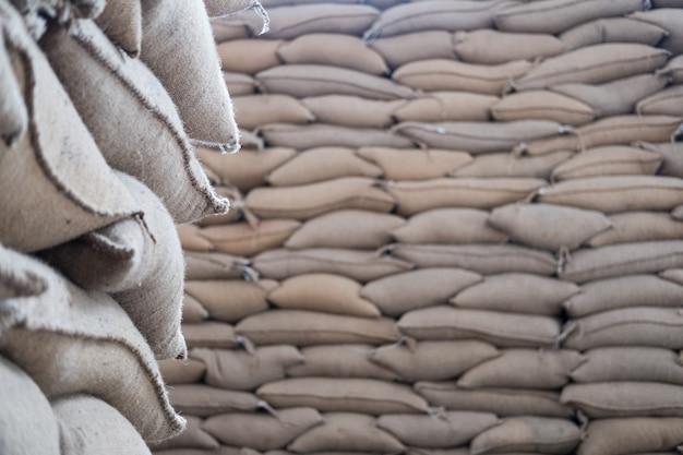 倉庫にコーヒー豆を入れた麻袋。