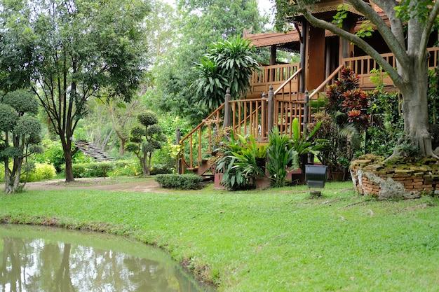 池の近くの伝統的な木造の家