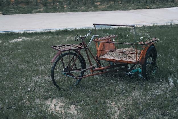 三輪車の手押し車のトロリー駐車場屋外