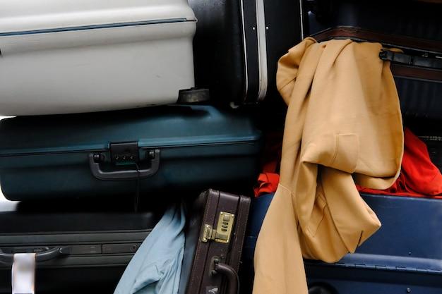 Куча багажа и багажа. старый стиль чемодан и одежда.