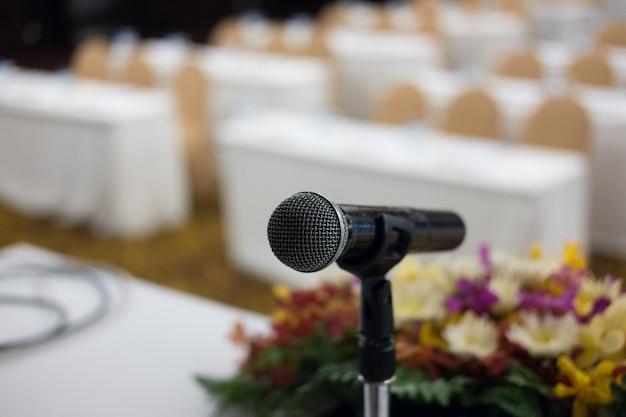 白い椅子とモダンな会議ホールのインテリアのマイク。
