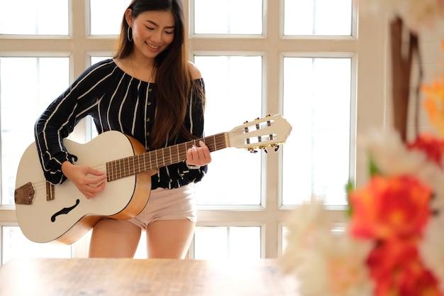 ギターを弾く女性。