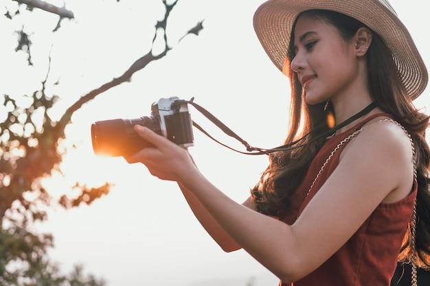 女性は写真を撮る。旅行者の観光は、休暇に旅行します。旅の旅