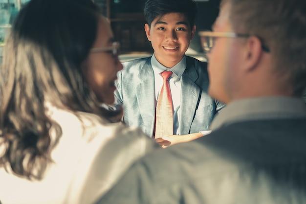Пара консультируюсь с юристом по поводу покупки арендованного дома автомобиля. финансовый консультант страхового брокера, дающий юридическую консультацию клиенту