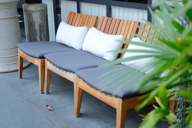 Подушка-подушка на деревянном стуле в отеле-курорте для отдыха на открытом воздухе
