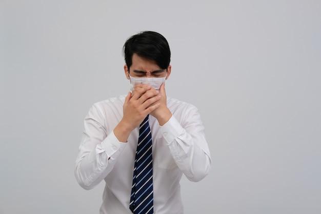 気分が悪く、くしゃみ、保護マスクを身に着けている実業家男