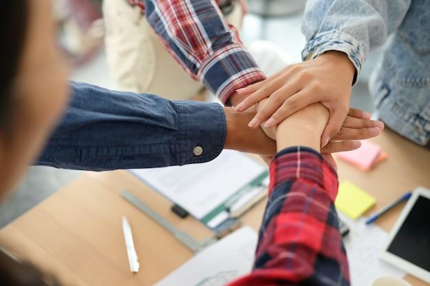 Бизнес-команда трогательно руки вместе