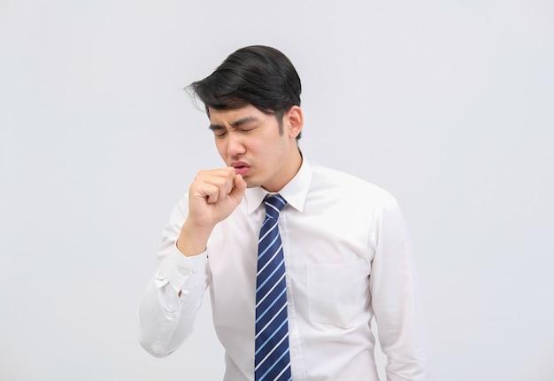Бизнесмен человек чувствует себя больным, чихая кашель от загрязнения гриппом вируса гриппа бактерий