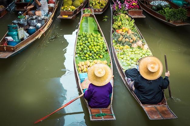 タイの浮遊市場。ダムヌンダムヌンサドアクラチャブリーに浮かぶ
