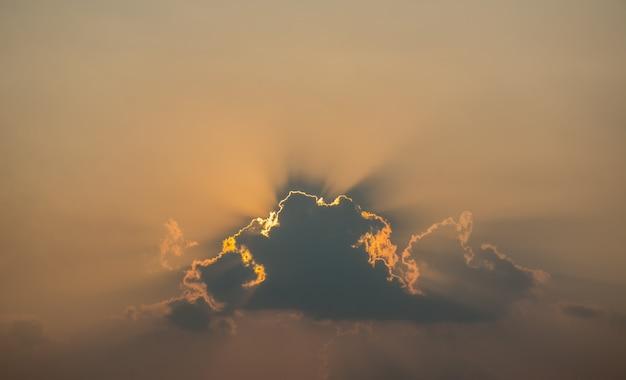 太陽の美しい光が日没前に雲の切れ間から輝いています。