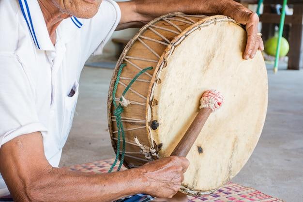 Старик барабанил