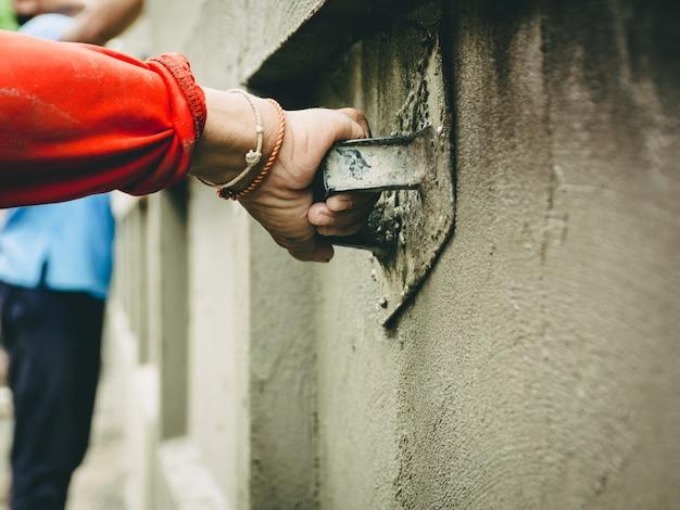 ビルダーはきちんとした家の壁を漆喰にしています。