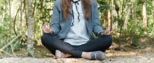 Женщина медитации в лесу.