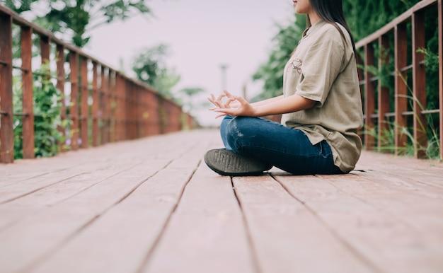 Азиатская девушка медитирует.