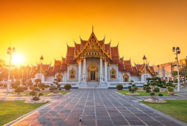 タイ、バンコクの大理石寺院に沈む夕日。