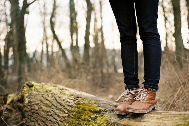茶色のブーツとジーンズ