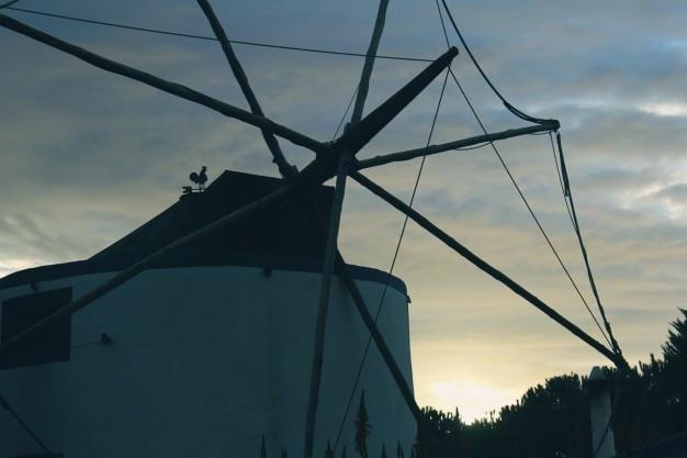 木製の羽根の風車