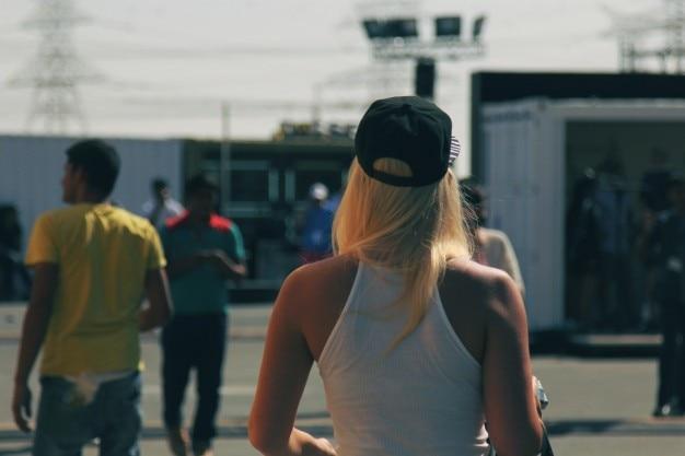 ブロンドの女の子の歩く