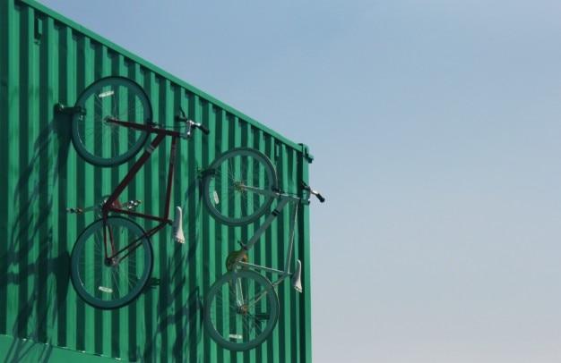 壁に自転車