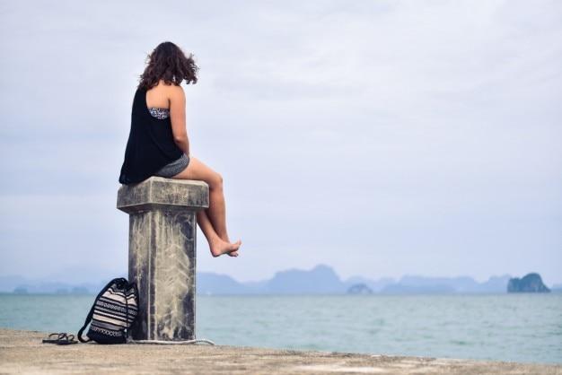 少女は海を見ている