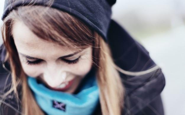 若い女の子が笑顔